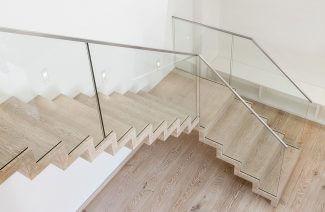 jasne drewniane schody z góry