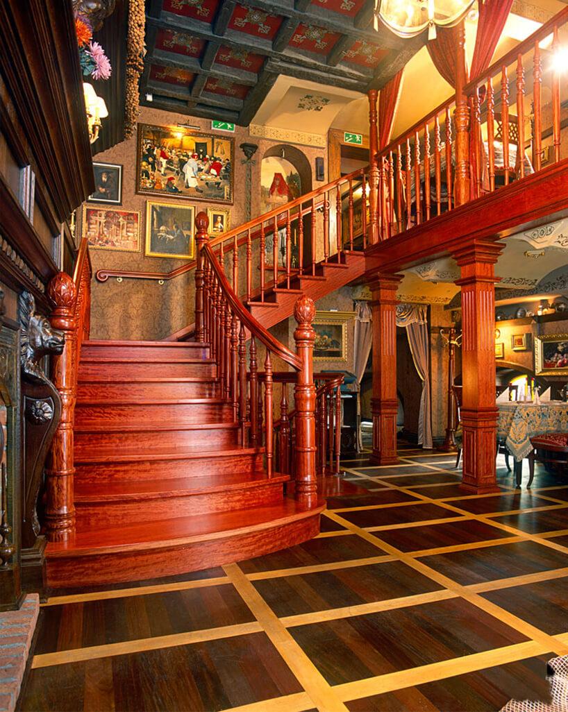 czerwone schody wlokalu