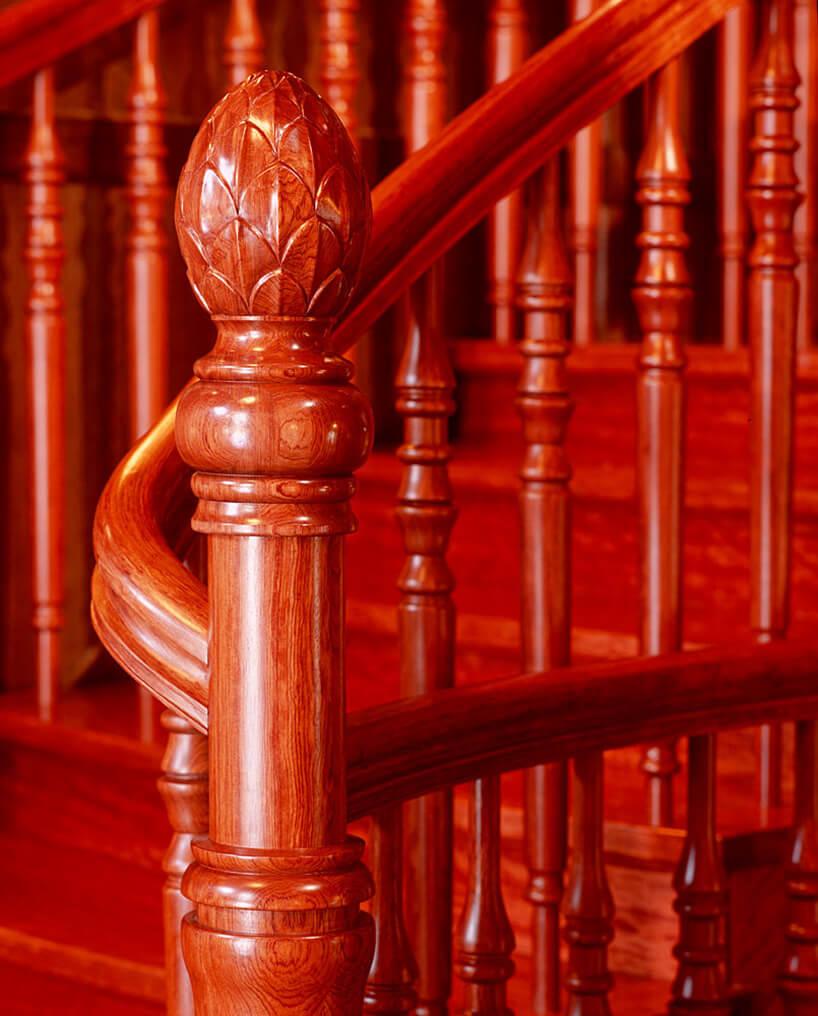 czerwona balustrada wstarym stylu