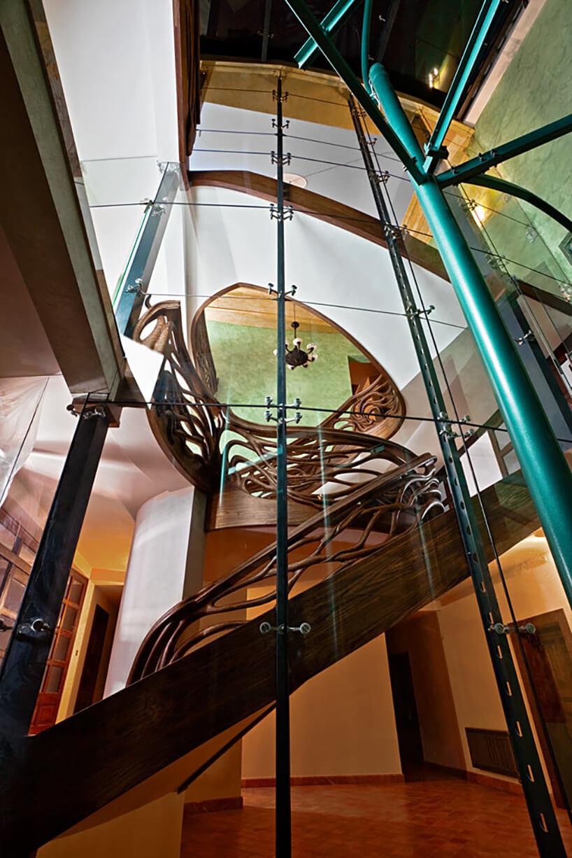 szklana ściana oraz metalowe zielone wzmocnienia