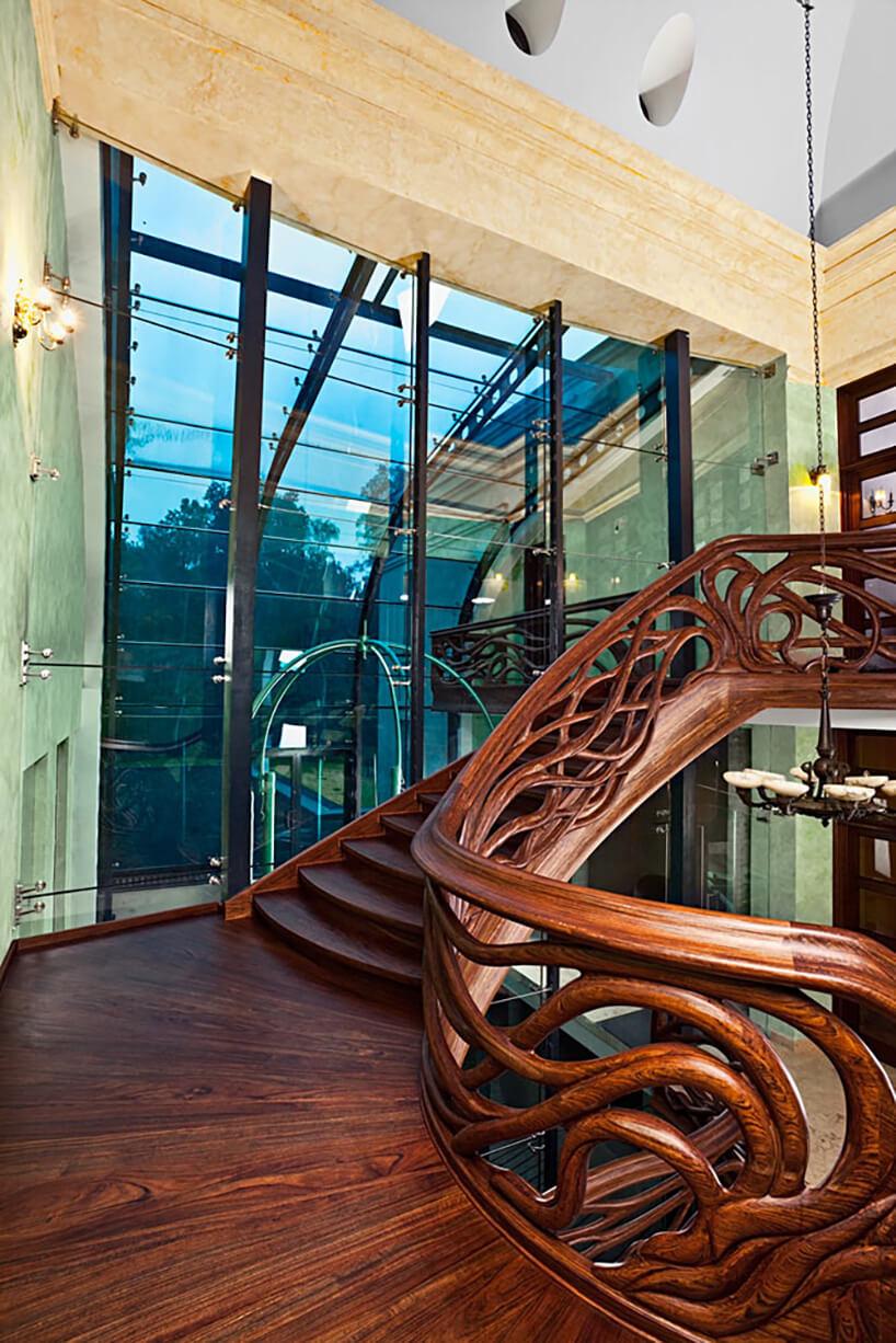 bogato zdobione balustrady przy ciemnych schodach