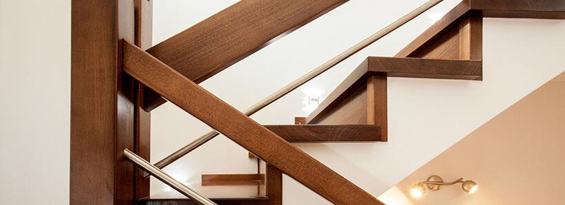 brązowe wykończenie schodów