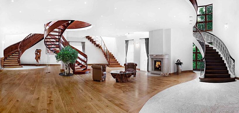 duży salony zpotężnymi schodami oraz elementami roślinnymi