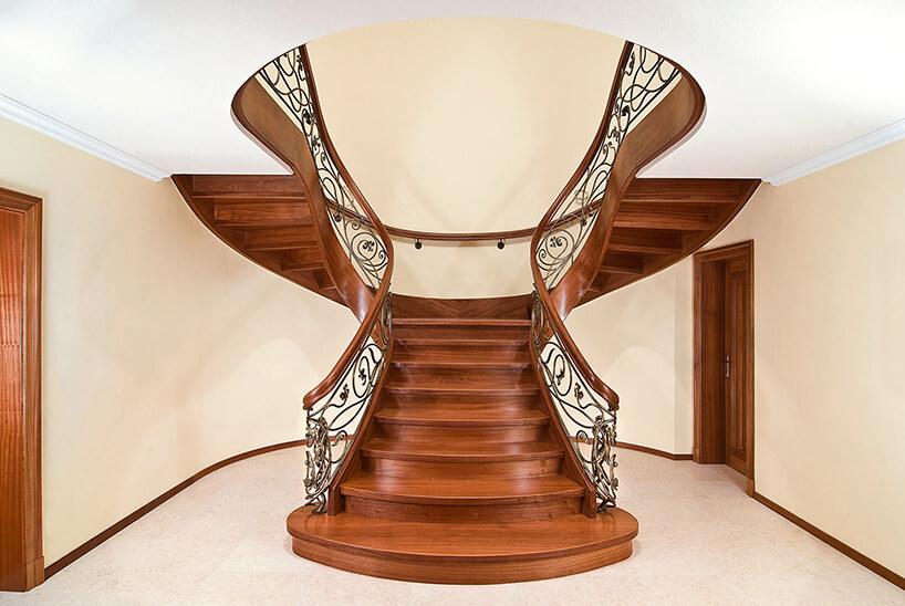 nowoczesne drewniane schody wciemnym brązie