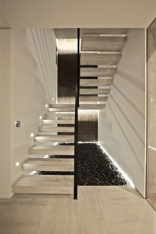 kamienne beżowe schody we wnętrzu