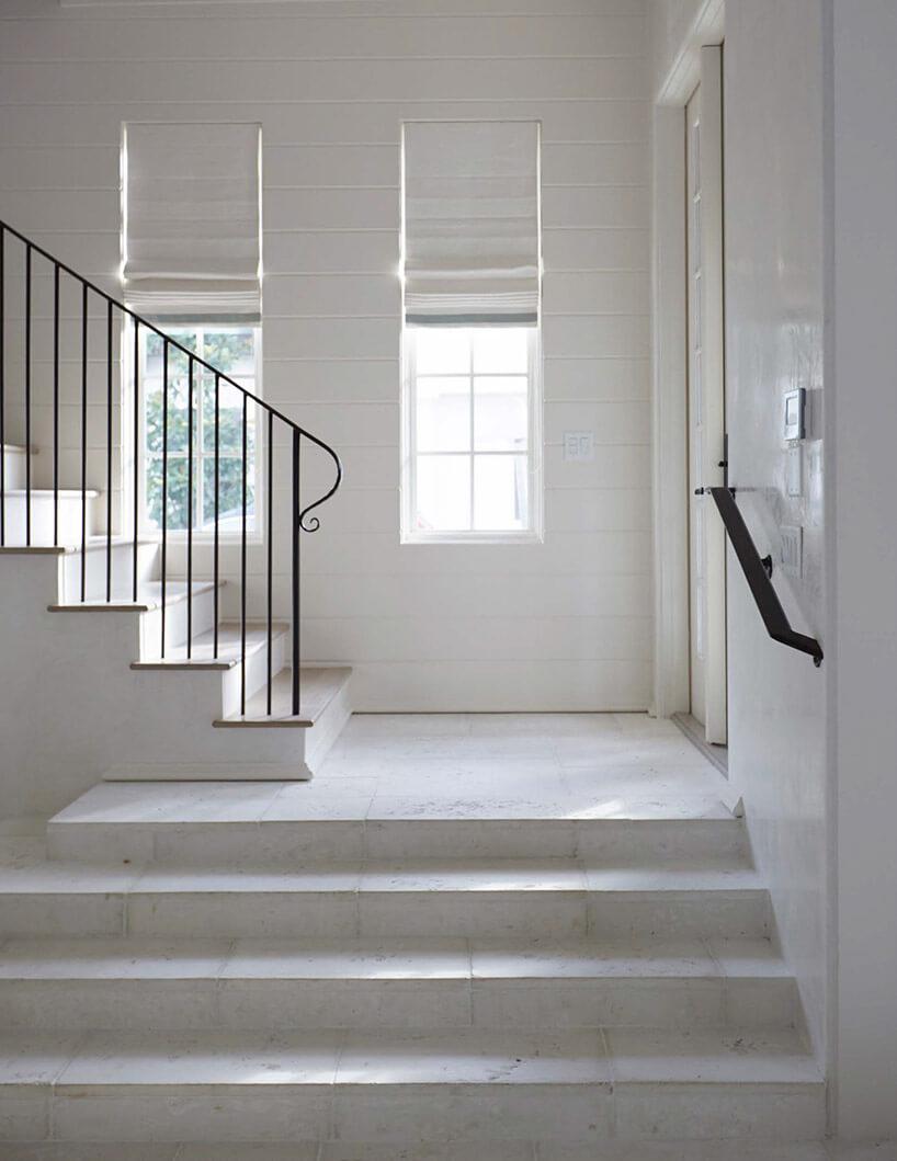 duże białe schody kamienne