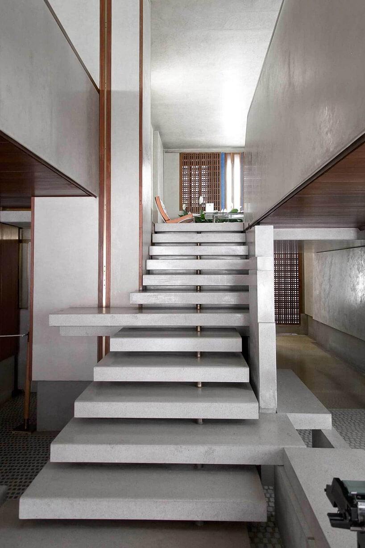 schody kamienne we wnętrzu zpojedynczych płyt