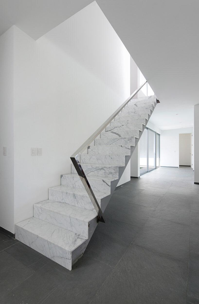 schody zbiałego granity zchromowana poręczą
