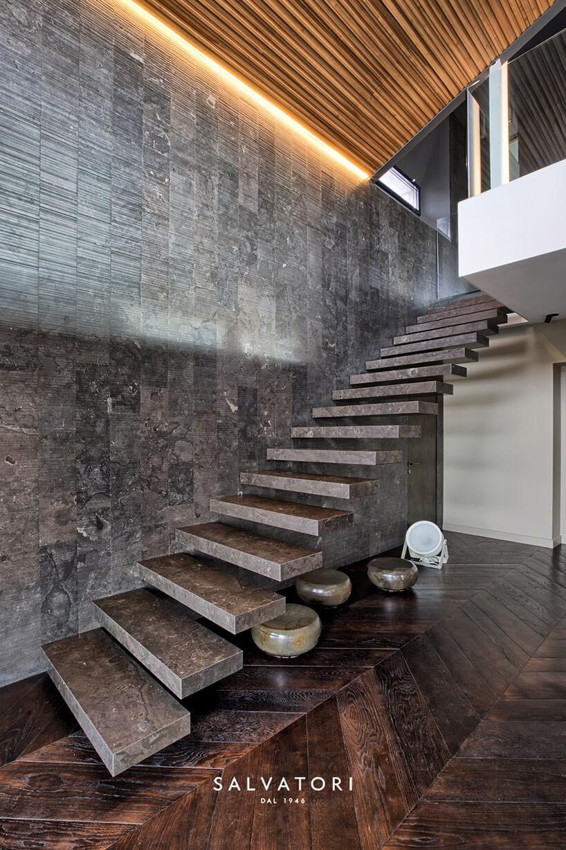 brązowe kamienna schody wciemnym wnętrzu