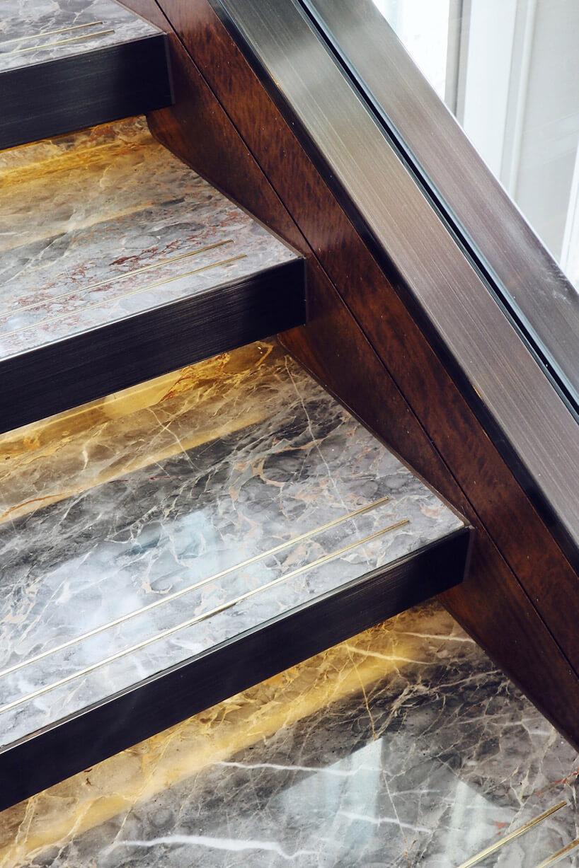 kamienne schody zdrewnianym wykończeniem