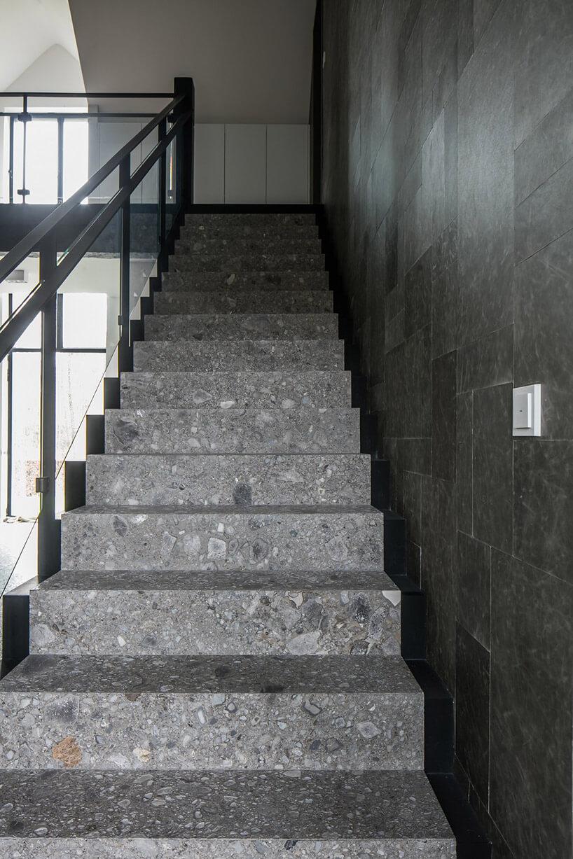 szare kamienne schody wewnętrzne