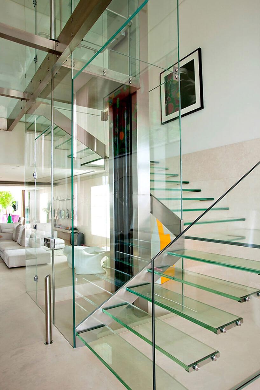szklane schody wprzestronnym wnętrzu