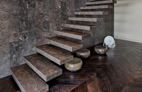 brązowe schody kamienne w brązowym wnętrzu