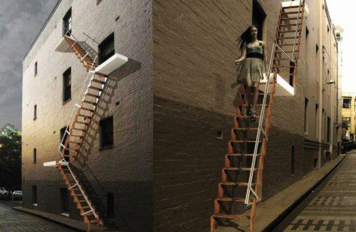 drewniane rozkładane schody przy budynku przemysłowym
