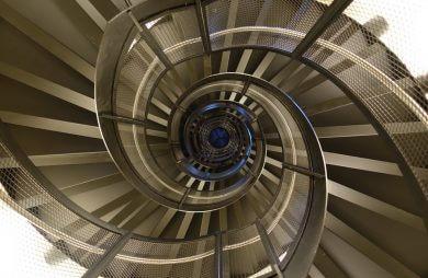 kręcone metalowe schody podświetlone na niebiesko