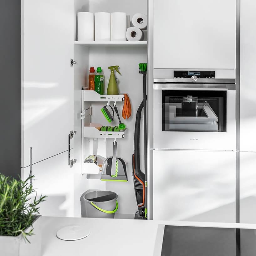 schowek na środki czystości wbiałej kuchni