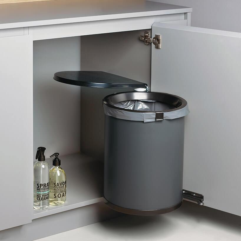 system na kosz na śmieci na drzwiach szafki