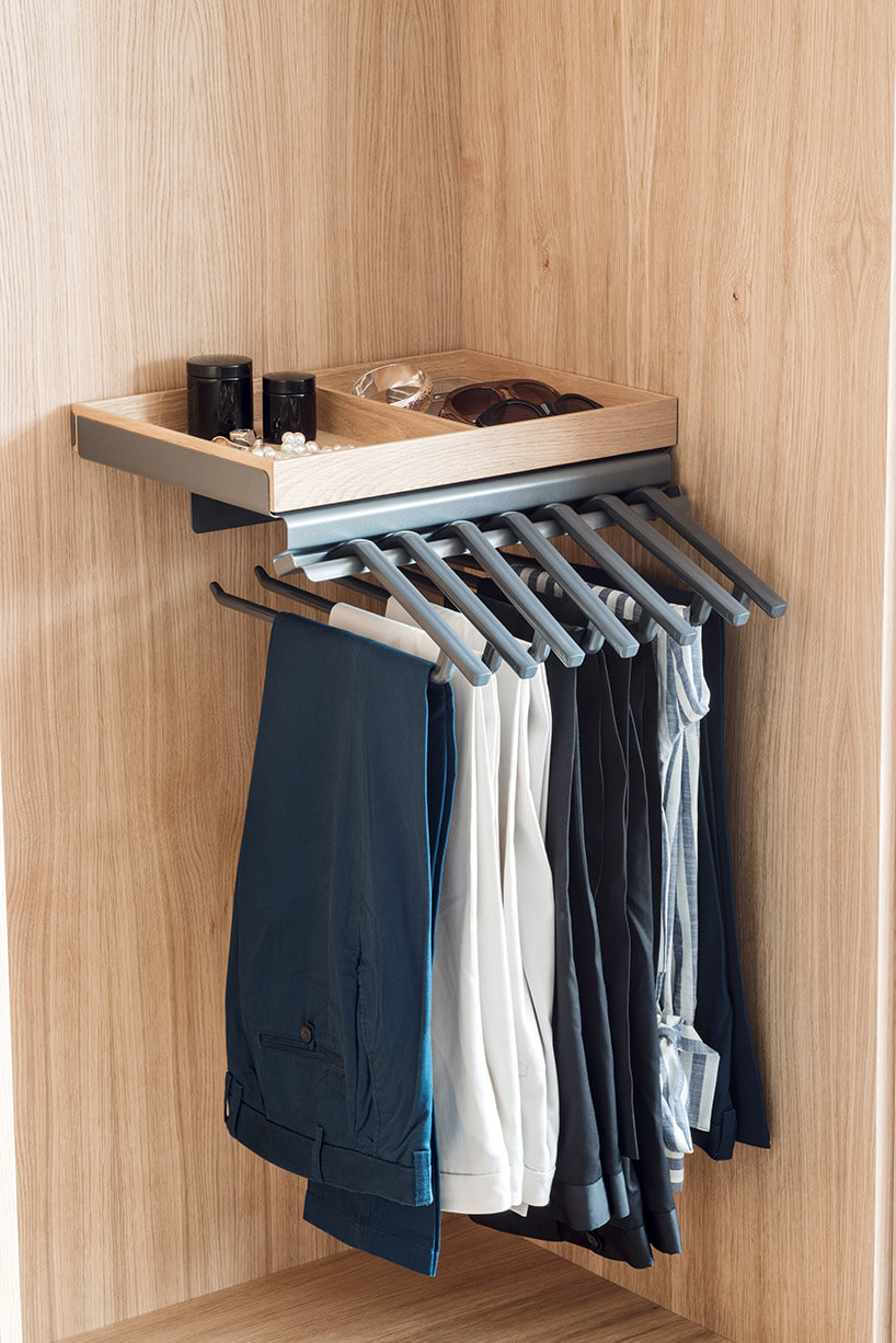 wieszak na spodnie wbrązowej szafie