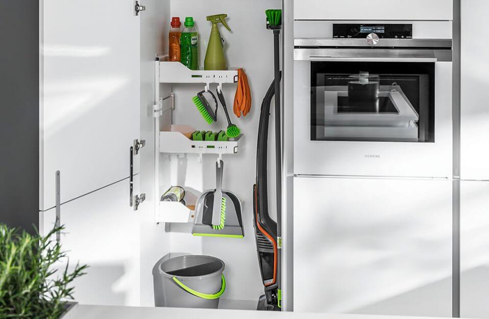 schowek na środki czystości w białej kuchni