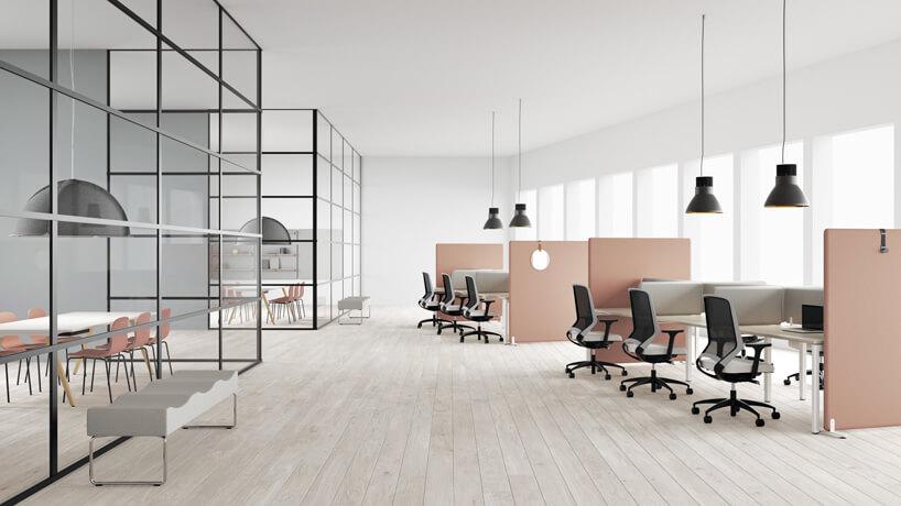 nowoczesna aranżacja biura zróżowymi ściankami akustycznymi Vibe od Kinnarps