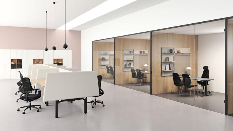 elegancka nowoczesna aranżacja biura ze ściankami akustycznymi Vibe od Kinnarps zprzeszklonymi boxami zdrewnianymi ścianami