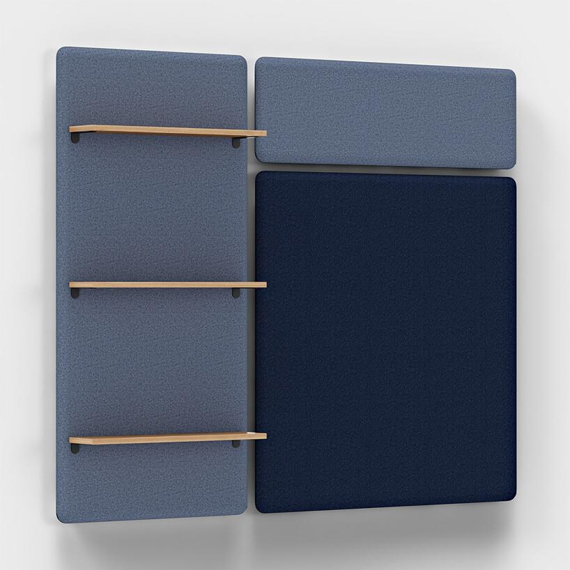 niebieska ścianka akustycznymi Vibe od Kinnarps zdrewnianymi półkami