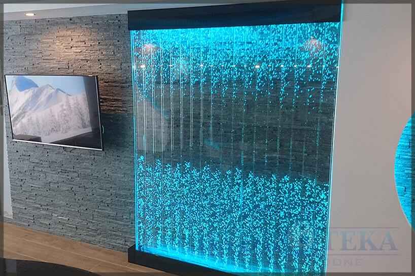 podświetlona na niebiesko ściana wodna