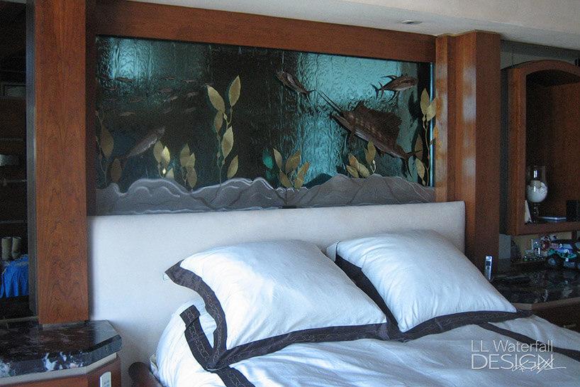 ściana wodna za łóżkiem wsypialni