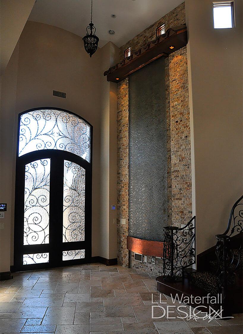 wysoka ściana wodna przy dużych drzwiach