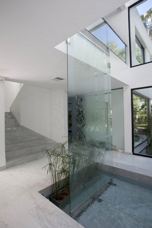 szklana ściana wodna wbiałych przestrzeniach