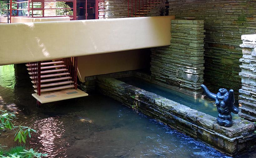ściana wodna wokół domu