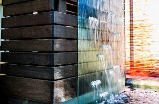 ściana wodna na drewnianych deskach
