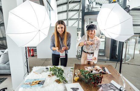 dwie kobiety przy drewnianych stołach na See Blogers