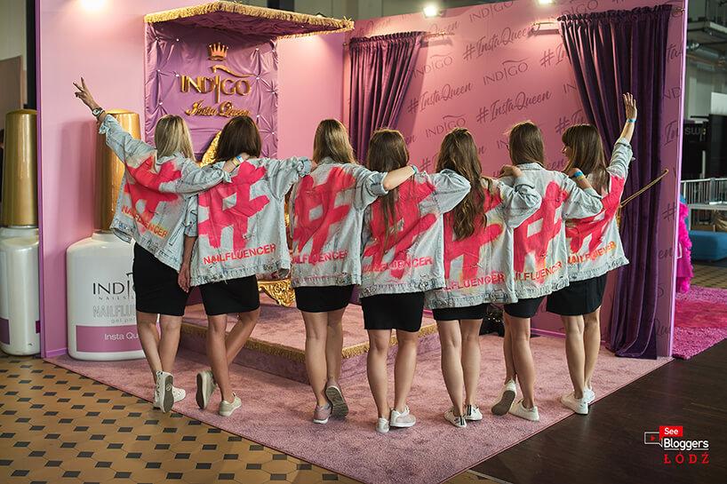siedem kobiet wdżinsowych kurtkach na tle różowego stoiska Indigo na See Bloggers 2019