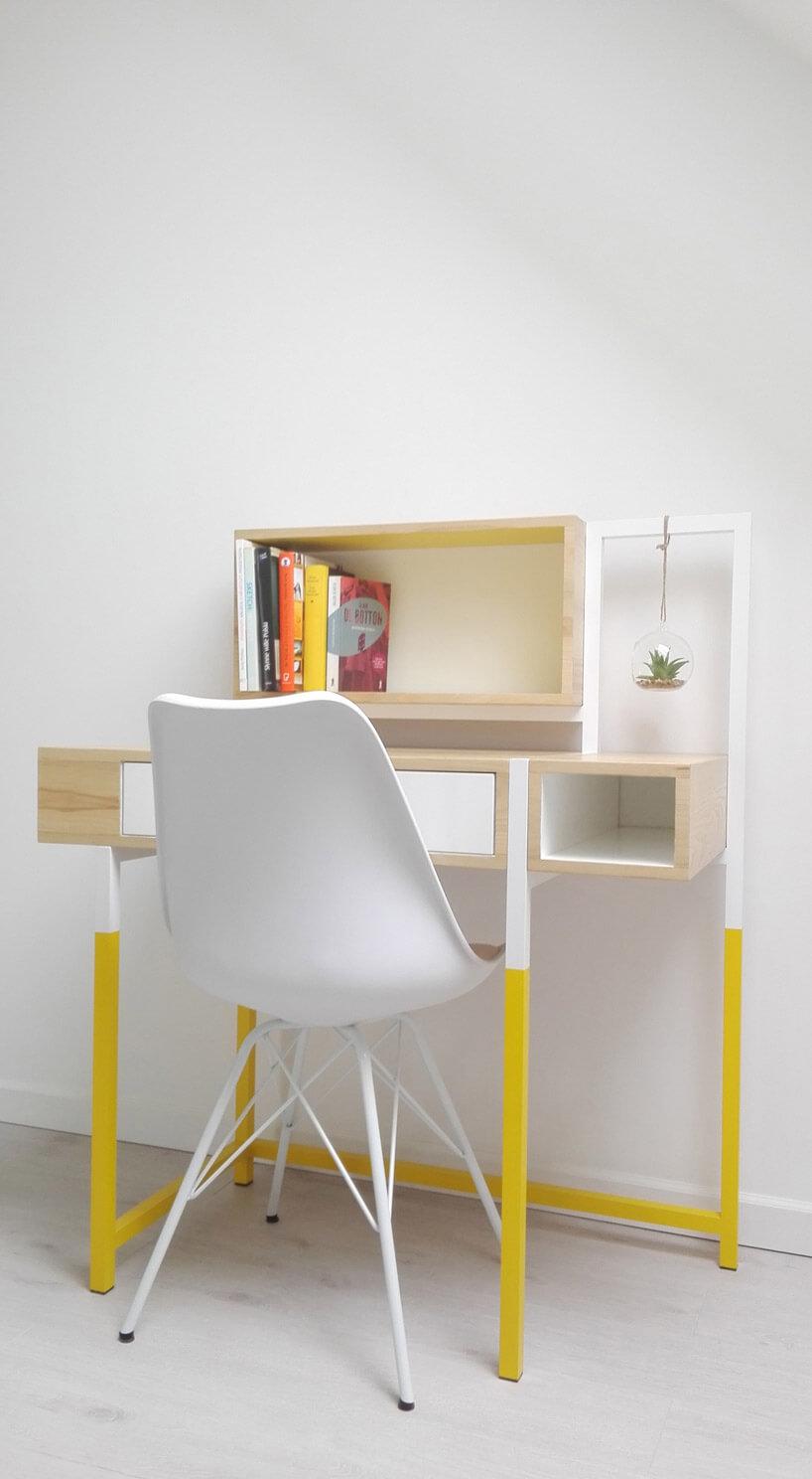 białe krzesło przy biurku zdrewna zmetalowymi nogami pomalowanymi na kolor żółty