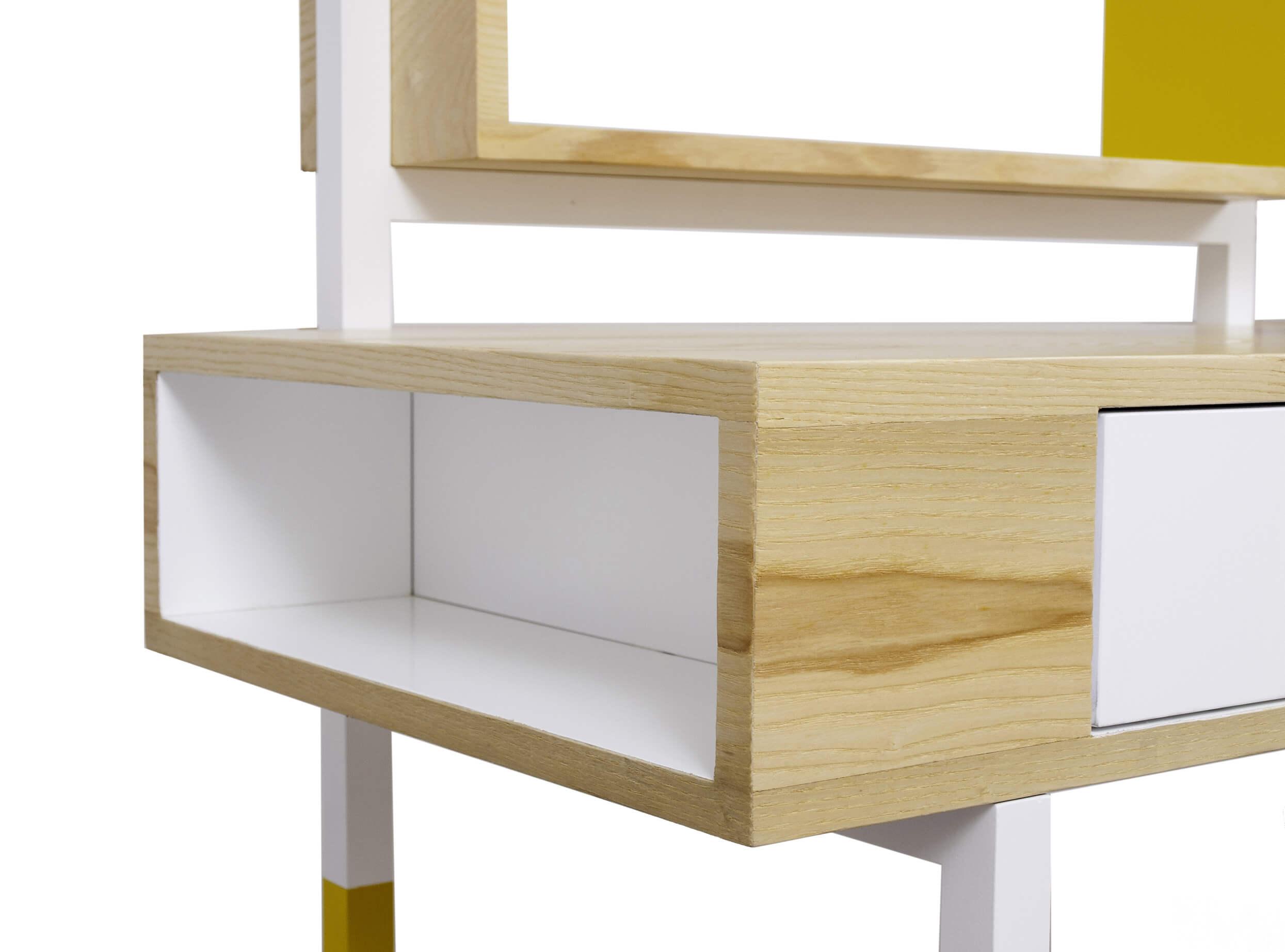 białe wnętrze drewnianego sekretarzyka