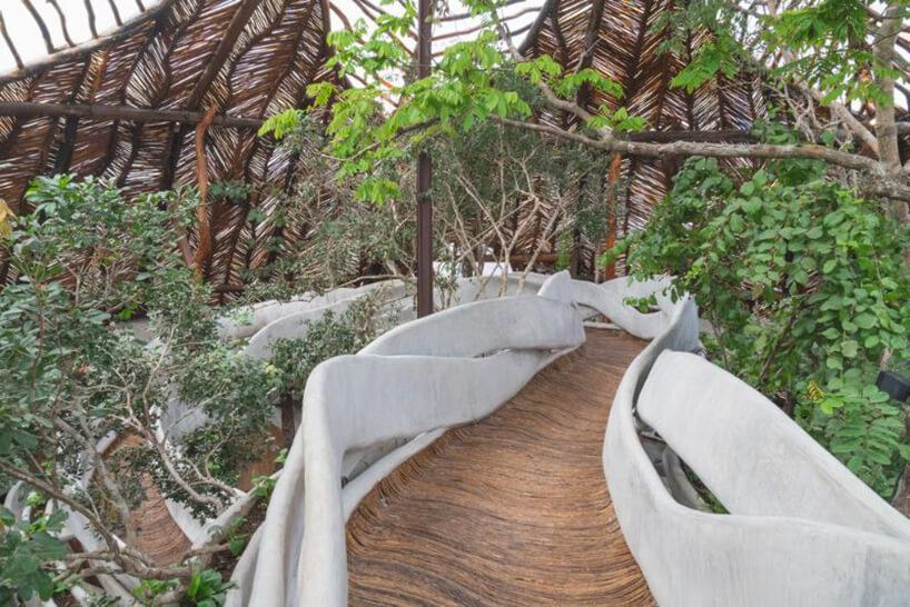 podwieszone drewniane ścieżki zbiałymi balustradami