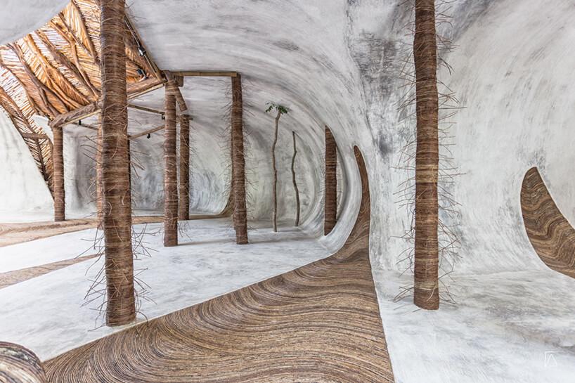 białe wnętrze muzeum wMeksyku zdrewnianymi podporami