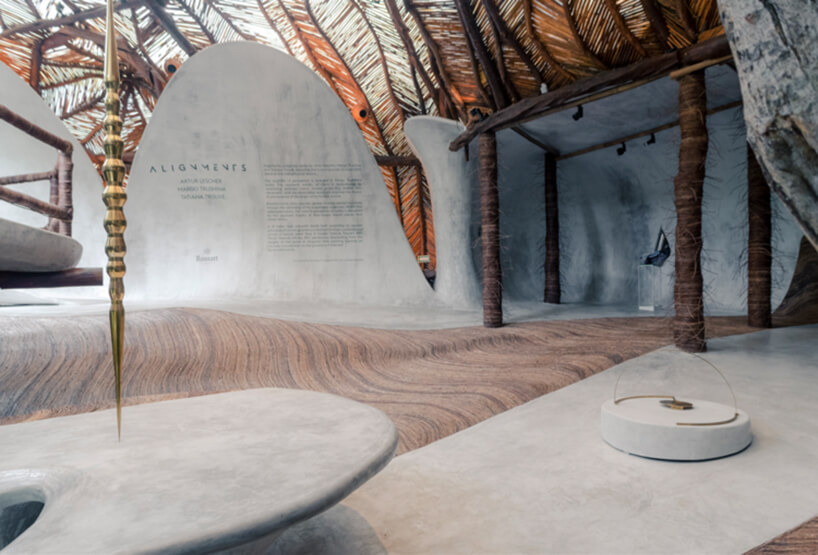 jasne wnętrze muzeum zkamiennymi siedziskami pod drewnianym dachem