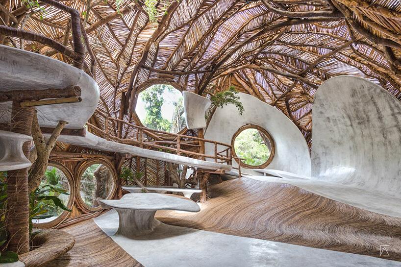 wnętrze muzeum wMeksyku znaturalnych surowców pod delikatnym drewnianym dachem