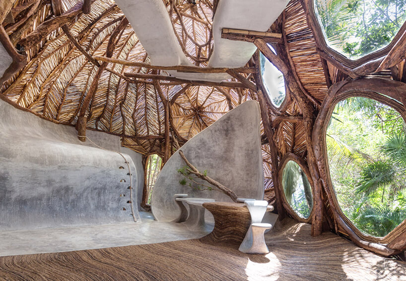drewniane wnętrze muzeum wMeksyku zdużymi różnymi okrągłymi oknami zdrewnianych ram