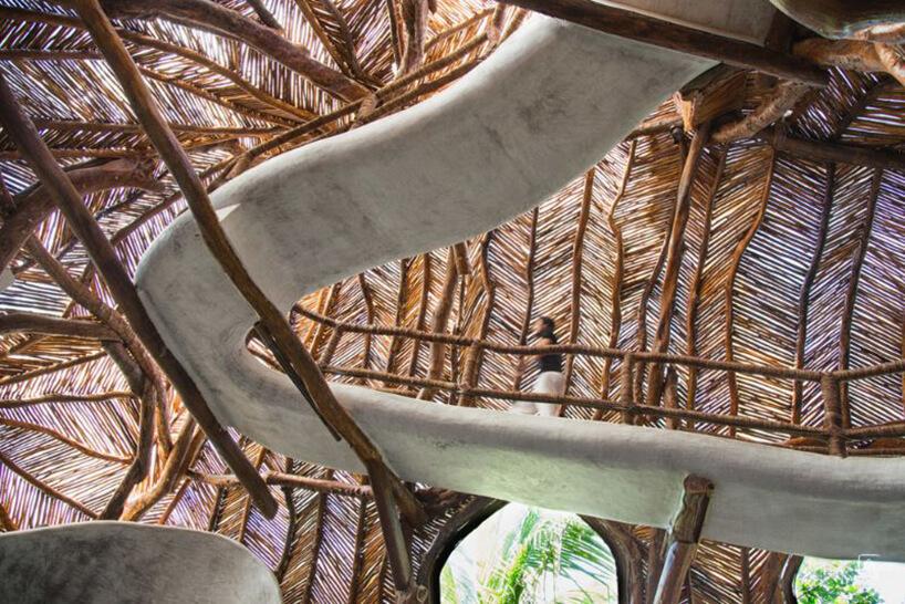 podwieszone białe ścieżki na tle częściowo przeźroczystego drewnianego dachu