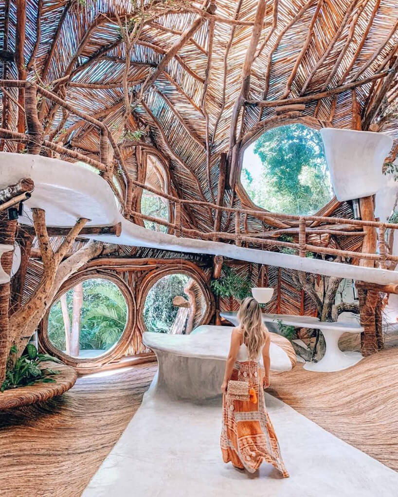 drewniane muzeum wMeksyku dużymi oknami oknami wdrewnianych ramach