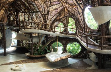 wielopoziomowe wnętrze muzeum w Meksyku z podwieszanymi ściażkami