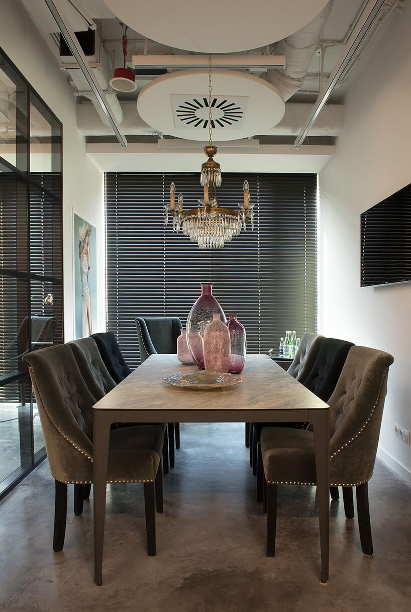 nowe atelier Paprocki & Brzozowski elegancki brązowy stół zsześcioma fotelami pod żyrddandolem