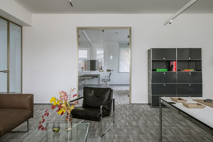 skórzany czarny fotel znogami zchromowanej konstrukcji we wnętrzu biura