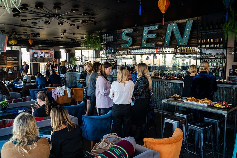 goście wkawiarni znapisem SEN podczas spotkania przy kawie organizowanego przez Siemensa