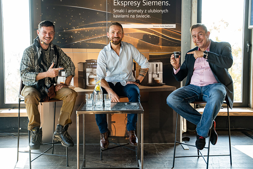 trzech mężczyzna podczas spotkania przy kawie zorganizowanym przez Siemens