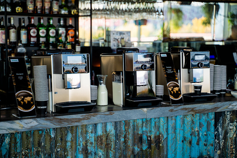 trzy ekspresy do kawy Siemens zserii EQ.500 na blacie