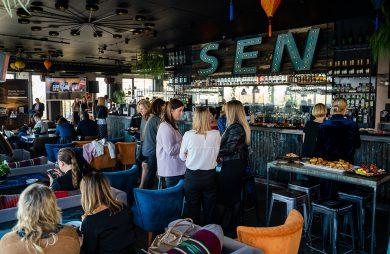 goście w kawiarni z napisem SEN podczas spotkania przy kawie organizowanego przez Siemensa